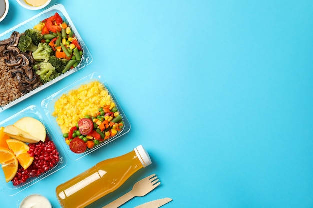 Livraison de nourriture. nourriture dans des boîtes à emporter sur le mur bleu