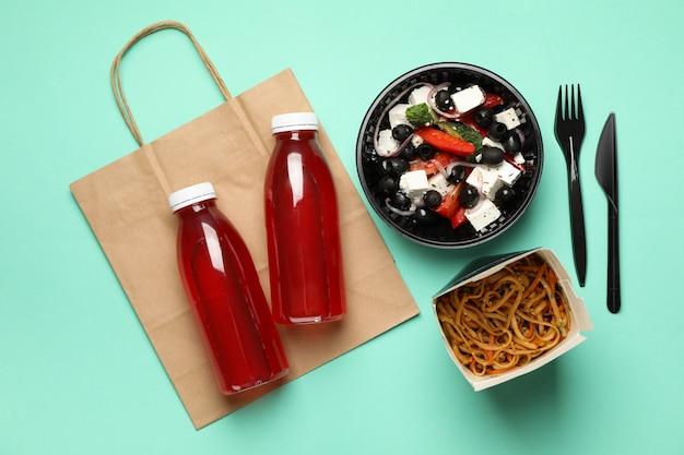 Livraison de nourriture. nourriture dans des boîtes à emporter sur le mur de menthe