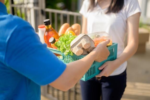 Livraison de nourriture pendant le verrouillage et l'auto-quarantaine à la maison. nouvelle normalité et vie après covid en thaïlande, asie. distanciation sociale et restez à la maison en toute sécurité.