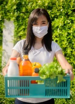 Livraison de nourriture pendant le verrouillage et l'auto-quarantaine à la maison. nouvelle normalité et vie après covid en thaïlande, asie. distanciation sociale