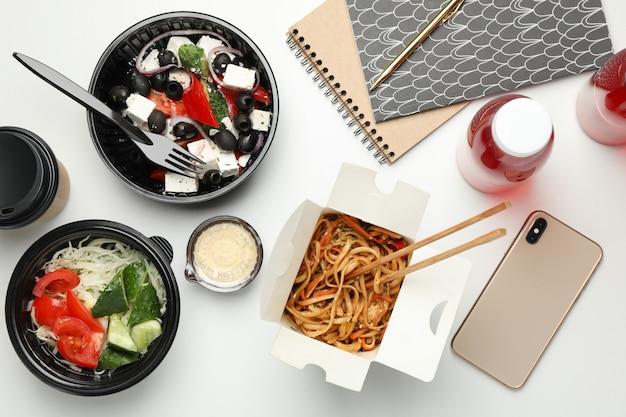 Livraison de nourriture. plats à emporter sur mur blanc