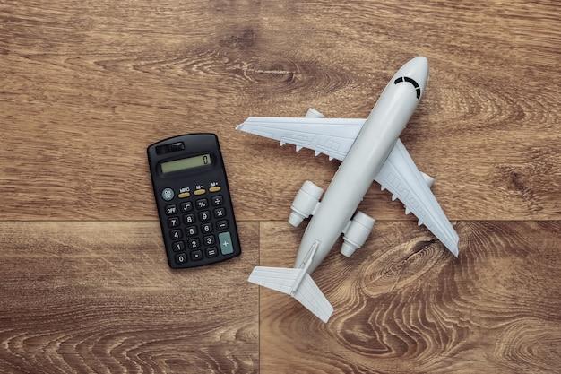 Livraison par avion, achats, logistique. figurine de caddie, avion sur plancher en bois.