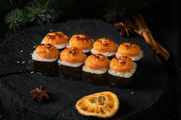 Livraison de plats asiatiques à domicile, divers ensembles de sushi dans des contenants en plastique avec des sauces