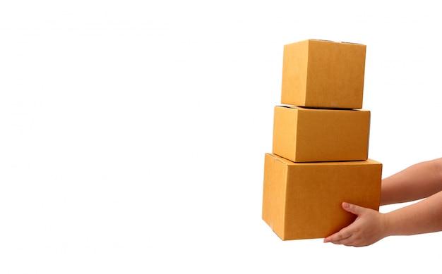 Livraison remise boîte de colis au destinataire sur fond blanc - concept de service de messagerie.