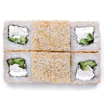 Livraison de restaurant de cuisine japonaise, sushi, ensemble de rouleaux. sushi unagi, tempura rolls california avec saumon, crevettes, thon, caviar et fromage isolés sur fond blanc.