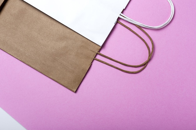 Livraison de sacs en papier de restauration rapide emballage alimentaire écologique sur fond coloré. emballage écologique alimentaire en papier kraft recyclé