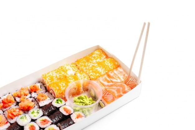 Livraison de sushi pour aller définir la nourriture chinoise japonaise isolée blanc