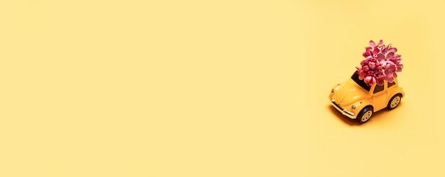 Livraison voiture jouet rouge sur un fond uni beige avec la place pour le texte