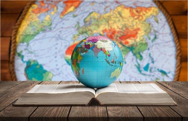 Livre ancien et globe terrestre avec étoiles et art de l'univers. thème de la magie et de l'espace.