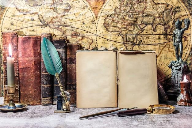 Livre ancien ouvert sur lequel repose une loupe. deux lanternes allumées sont incorporées.