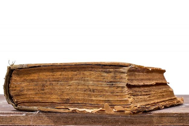 Livre ancien sur table en bois
