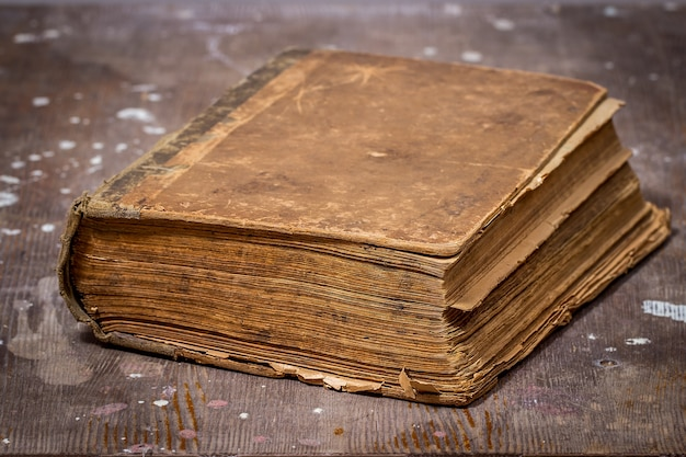 Livre ancien sur une vieille table en bois