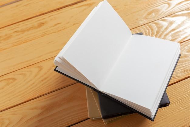 Livre sur l'ancienne table en bois