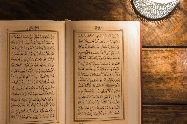 Livre arabe près de la lampe
