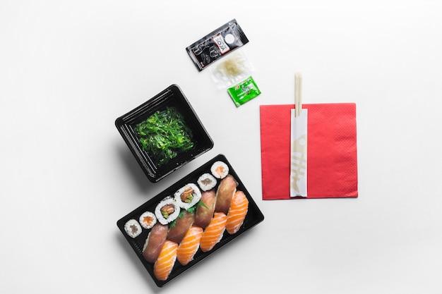 Livré aux sushis et aux salades d'algues