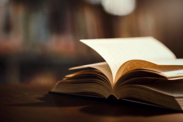 Livre en bibliothèque avec manuel ouvert