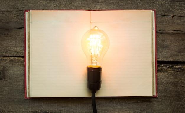Livre blanc avec une ampoule allumée au-dessus
