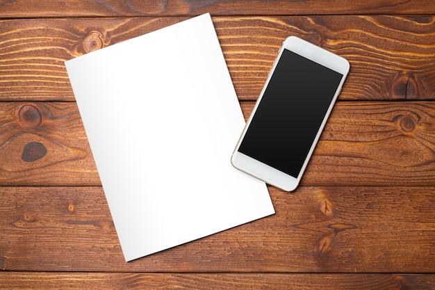 Livre blanc ou couverture de magazine sur une table en bois