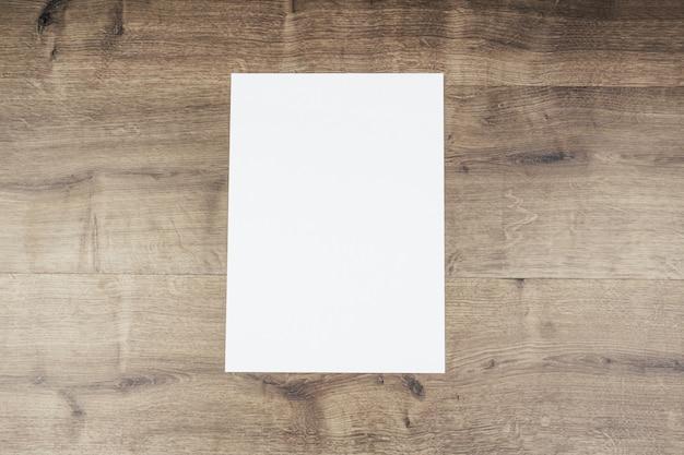 Livre blanc et espace pour le texte sur le vieux fond en bois