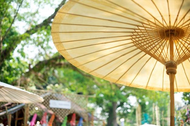Livre blanc, festival de manifestations en plein air sur un parapluie thaï