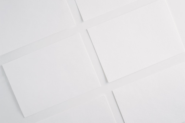 Livre blanc feuilles vierges cartes sur fond blanc.