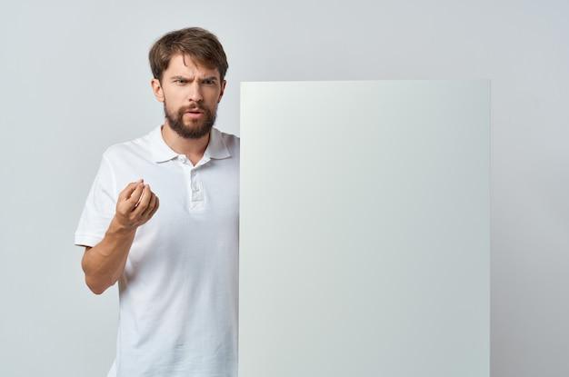 Livre blanc de l'homme gai dans les mains du marketing fond blanc. photo de haute qualité