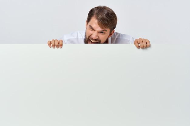 Livre blanc de l'homme gai dans les mains du studio marketing copyspace
