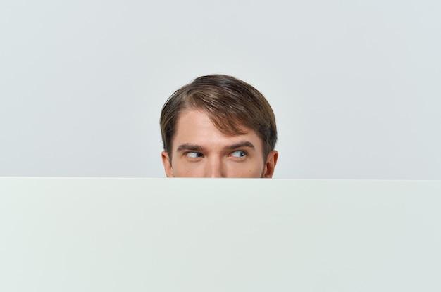 Livre blanc d'hommes d'affaires dans les mains du marketing fond blanc