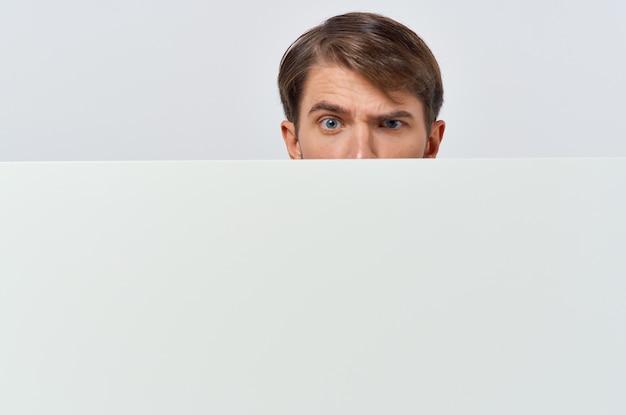 Livre blanc d'hommes d'affaires entre les mains du marketing fond blanc. photo de haute qualité