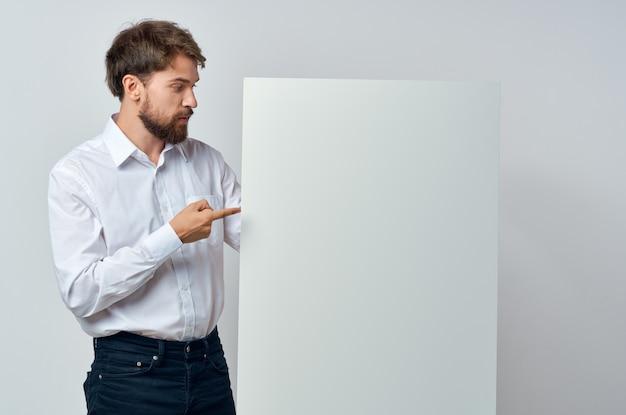 Livre blanc d'hommes d'affaires entre les mains du studio marketing copyspace