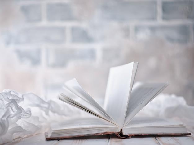 Livre blanc ouvert sur la table