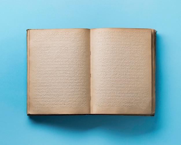 Livre braille vue de dessus sur fond bleu