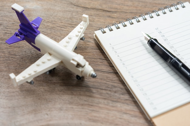 Un livre de classements avec un modèle d'avion