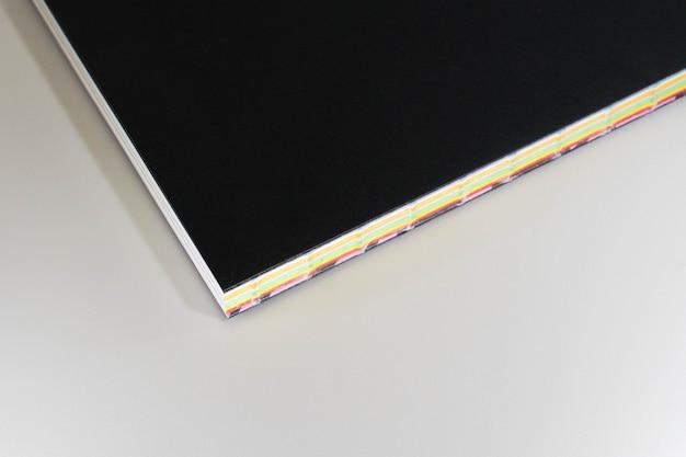 Livre de couverture noir design papier fond blanc.