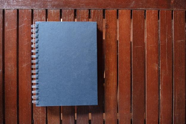 Livre à couverture rigide fermé sur table en bois