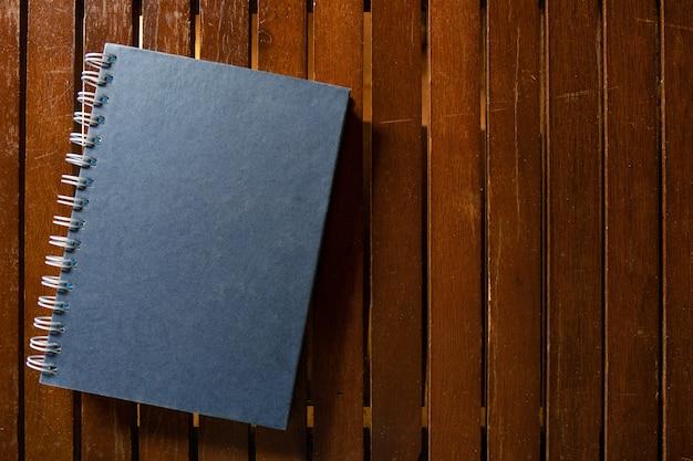 Livre à couverture rigide fermé sur une table en bois