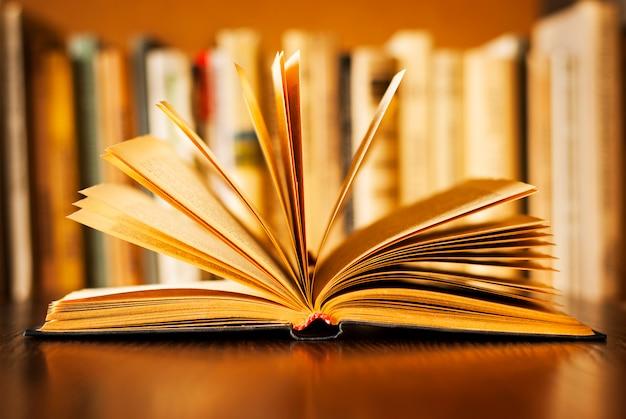 Livre à couverture rigide avec pages en éventail