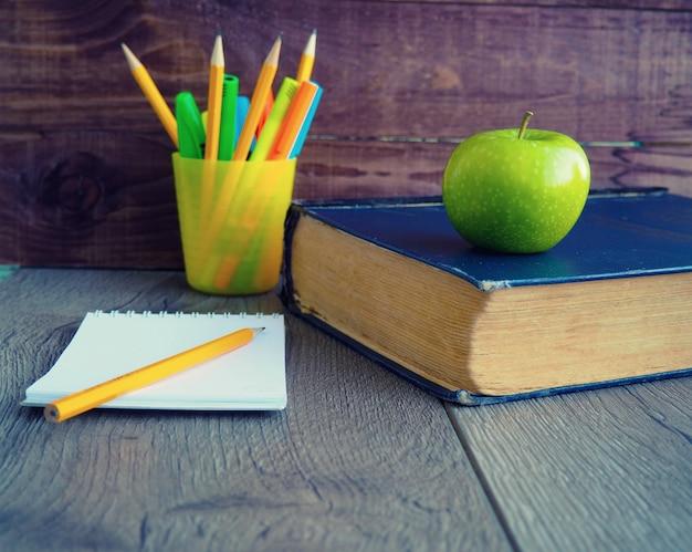 Livre crayons pomme