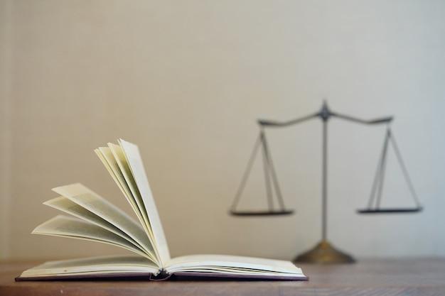 Livre de droit ouvert avec arrière-plan flou d'échelle de justice et espace pour le texte