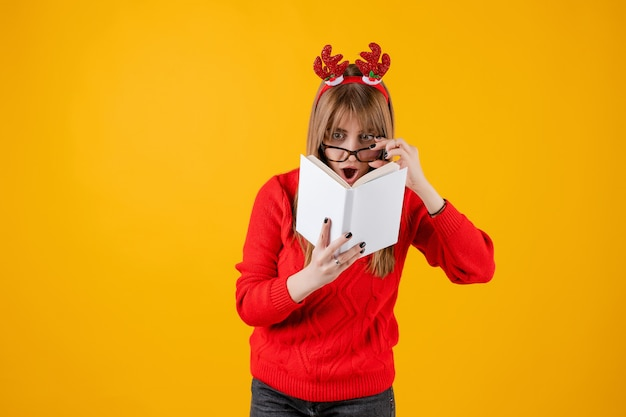 Livre drôle de tenue de fille drôle avec copie espace couverture lecture avec des lunettes