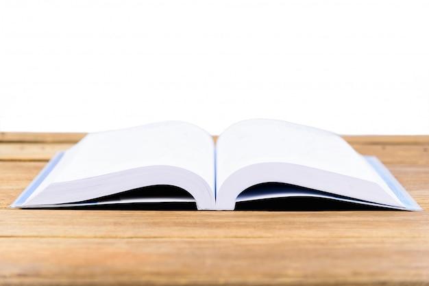 Le livre est ouvert et placé sur une table en bois