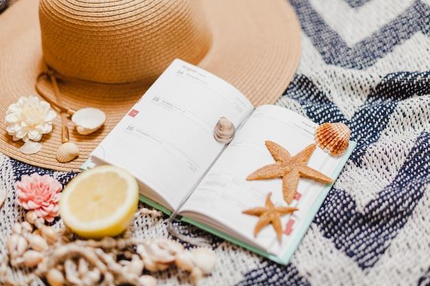 Livre avec des étoiles de mer et des éléments de plage