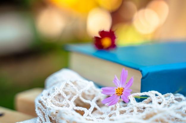 Un livre avec une fleur une belle nature morte dans un jardin d'été
