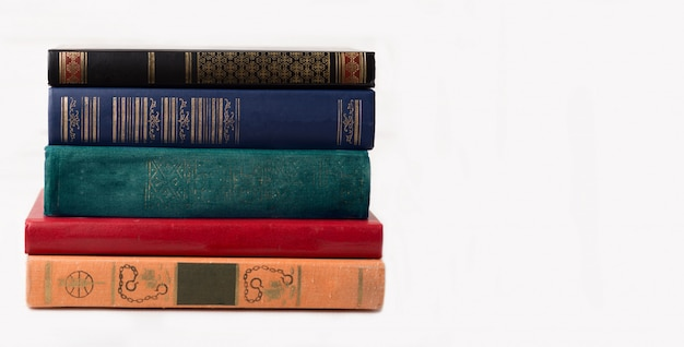 Un livre sur fond blanc. livres isolés