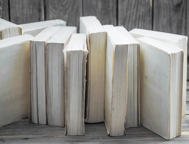Livre sur fond en bois avec un espace pour le texte, concept de connaissances