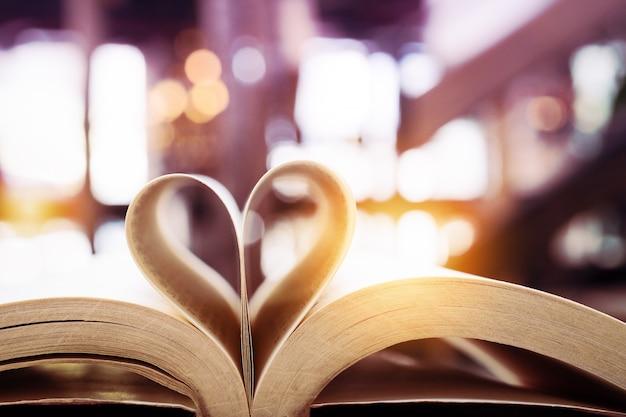 Livre en forme de coeur, valentine, concept de sagesse et d'éducation, journée mondiale du livre et du droit d'auteur