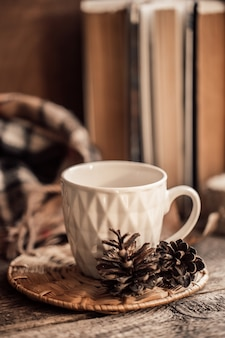 Livre avec foulard et tasse de thé sur fond de bois