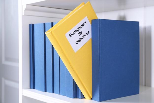 Livre de gestion par objectifs sur étagère