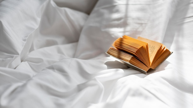 Livre grand angle sur drap de lit