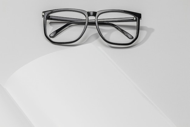 Livre de gros plan et lunettes de lecture